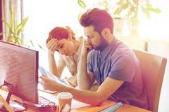 Équipe d'affaires avec l'ordinateur et dossiers dans le bureau Photographie stock libre de droits