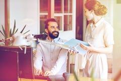 Équipe d'affaires avec l'ordinateur et dossiers dans le bureau Images stock