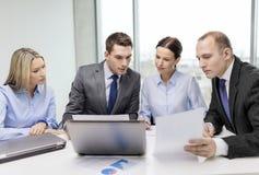 Équipe d'affaires avec l'ordinateur portable ayant la discussion Photo libre de droits