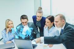 Équipe d'affaires avec l'ordinateur portable ayant la discussion illustration de vecteur