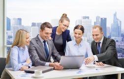 Équipe d'affaires avec l'ordinateur portable ayant la discussion Photos libres de droits