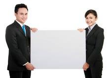 Équipe d'affaires avec la grande carte vierge image stock