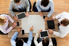 Équipe d'affaires avec les smartphones et le PC de comprimé Photographie stock