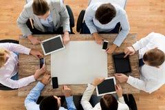 Équipe d'affaires avec les smartphones et le PC de comprimé Image stock