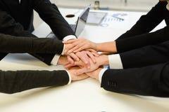 Équipe d'affaires avec leurs mains ensemble image stock