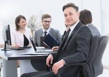 Équipe d'affaires avec un cadre supérieur dans le premier plan Photos stock