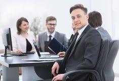 Équipe d'affaires avec un cadre supérieur dans le premier plan Images stock