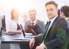 Équipe d'affaires avec un cadre supérieur dans le premier plan Photo stock