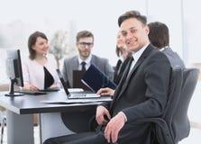Équipe d'affaires avec un cadre supérieur dans le premier plan Image stock