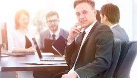 Équipe d'affaires avec un cadre supérieur dans le premier plan Image libre de droits