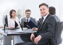 Équipe d'affaires avec un cadre supérieur dans le premier plan Photo libre de droits