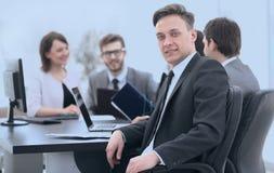 Équipe d'affaires avec un cadre supérieur dans le premier plan Photographie stock libre de droits
