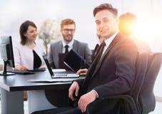 Équipe d'affaires avec un cadre supérieur dans le premier plan Photographie stock