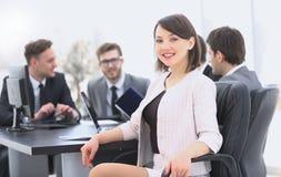 Équipe d'affaires avec un chef de femme sur le premier plan Photographie stock libre de droits
