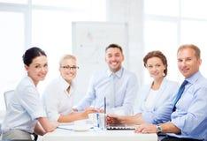 Équipe d'affaires ayant la réunion dans le bureau Image libre de droits