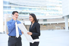 Équipe d'affaires d'homme et de femme à l'immeuble de bureaux Photographie stock