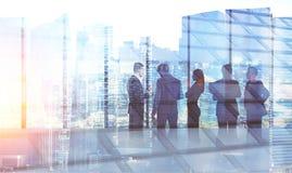 Équipe d'affaires dans la séance de réflexion de bureau, paysage urbain Images stock