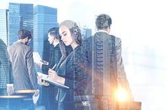 Équipe d'affaires dans la ville bleue photo libre de droits