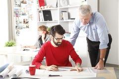 Équipe d'affaires dans le petit studio d'architecte photographie stock libre de droits