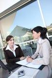 Équipe d'affaires de femmes à l'immeuble de bureaux Photos stock