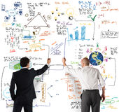 Équipe d'affaires dessinant un nouveau projet complexe Photos stock