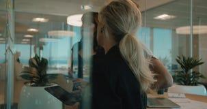 Équipe d'affaires discutant au-dessus des notes collantes clips vidéos