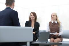 Équipe d'affaires discutant des problématiques de l'entreprise dans le bureau Photographie stock libre de droits