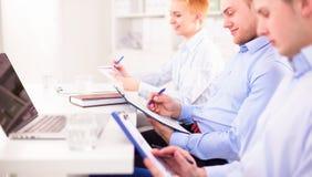 Équipe d'affaires discutant leur projet Images libres de droits