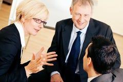 Équipe d'affaires discutant un projet Images stock