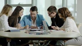 Équipe d'affaires discutant un projet clips vidéos