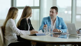 Équipe d'affaires discutant un projet banque de vidéos