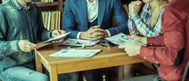 Équipe d'affaires discutant un rapport financier sur le ` s de société pro Images stock