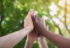 Équipe d'affaires donnant le groupe hauts cinq en parc photos libres de droits