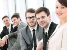 Équipe d'affaires et belle administratrice de femme dans le lobby de Photos stock