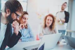 Équipe d'affaires faisant la conversation au lieu de réunion ensoleillé horizontal Fond brouillé Photo libre de droits