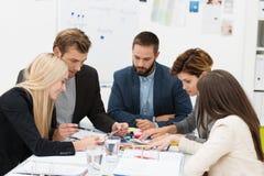 Équipe d'affaires lors d'une réunion image stock