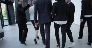 Équipe d'affaires marchant dans le couloir moderne clips vidéos