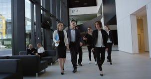 Équipe d'affaires marchant ensemble banque de vidéos