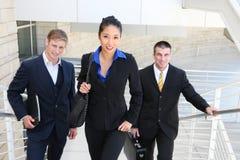 Équipe d'affaires marchant vers le haut des escaliers Photographie stock