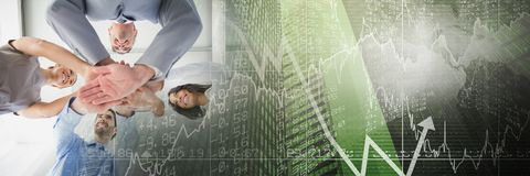 Équipe d'affaires mettant des mains ainsi que la transition verte de graphique de finances photos stock