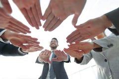 Équipe d'affaires montrant leur unité Photos libres de droits