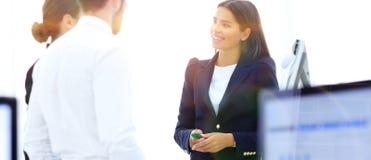 Équipe d'affaires parlant le bureau proche debout Image stock