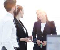 Équipe d'affaires parlant le bureau proche debout Photos libres de droits