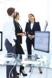 Équipe d'affaires parlant le bureau proche debout Photo libre de droits