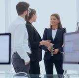 Équipe d'affaires parlant le bureau proche debout Image libre de droits