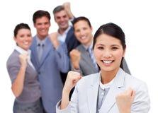 Équipe d'affaires poinçonnant l'air dans la célébration Image stock