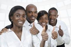 Équipe d'affaires/pouces africains d'étudiants  photographie stock
