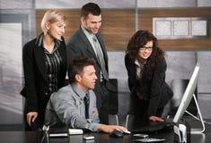 Équipe d'affaires regardant l'écran Images libres de droits