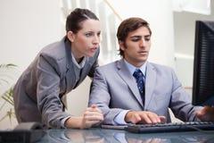 Équipe d'affaires regardant l'écran d'ordinateur ensemble Image libre de droits