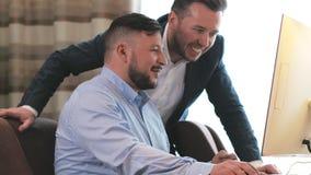 Équipe d'affaires regardant sur l'écran d'ordinateur et discutant le nouveau projet dans le bureau banque de vidéos
